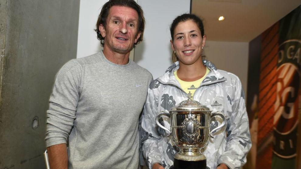 Sam Sumyk y Garbiñe, con el título de Roland Garros en 2016