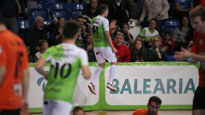 Mati Rosa celebra el primer gol del Palma Futsal.