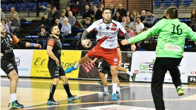 El pivote croata Kusan lanza una rosca ante el guardameta César...