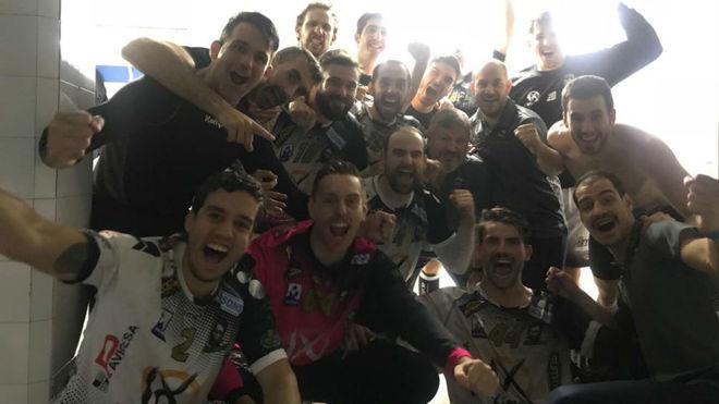 Los jugadores del Puente Genil celebran la victoria en la pista del...