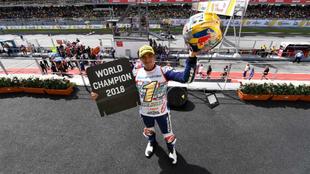 Jorge Martín, celebrando el título de Moto3 en el podio de Sepang