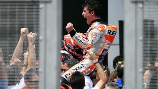 Márquez, a hombros de su equipo