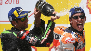 Marc Márquez, rociado de champán por Zarco en el podio de Sepang