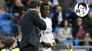 Solari, dando instrucciones a Vinicius.