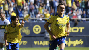 Salvi celebra uno de los goles del Cádiz.