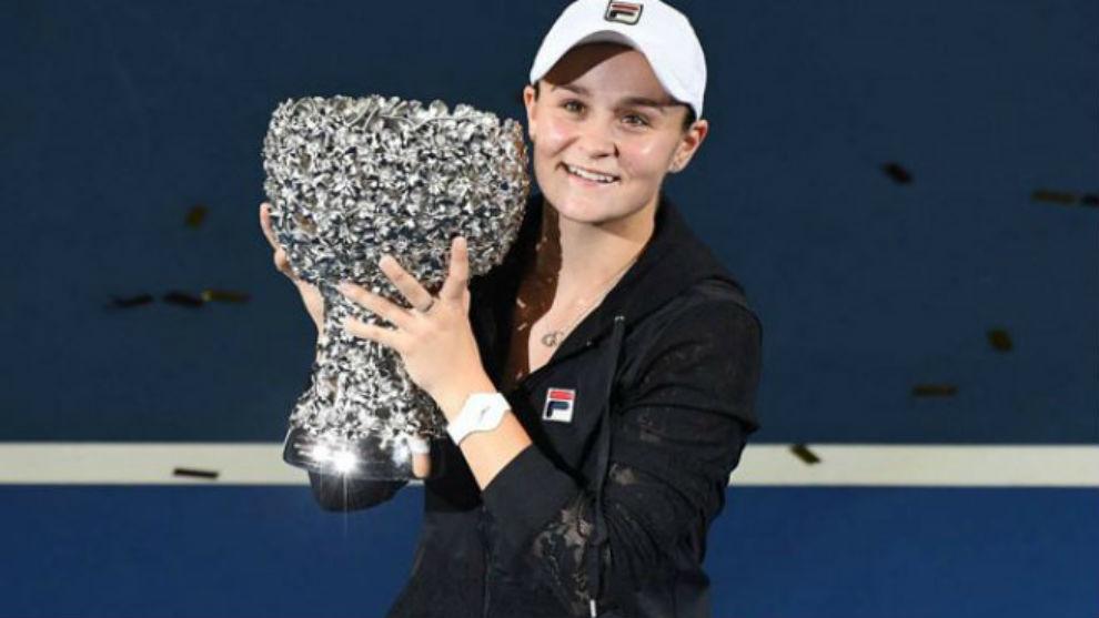 Barty, con el trofeo de campeona de Zhuhai
