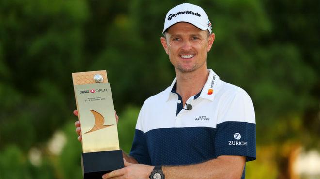 Justin Rose posa con el trofeo de ganador del Turkish Airlines.