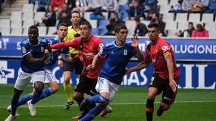 Una imagen del partido del Carlos Tartiere con el árbitro López Toca...