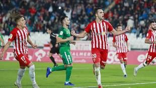 Álvaro Giménez celebra su gol de penalti para iniciar la remontada...