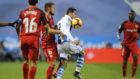 Juanmi trata de controlar el balón ante la oposición de Carriço.