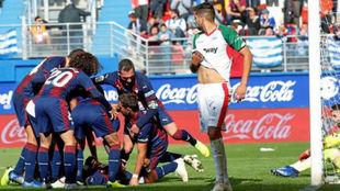 Los jugadores del Eibar celebrando unos de los goles ante el Alavés