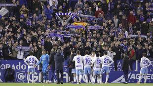 Los jugadores aguantan la bronca de la afición tras el partido.