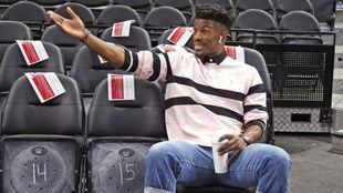Jimmy Butler en el banquillo antes de un partido de los Timberwolves