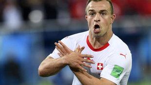 Shaqiri celebra un gol con Suiza haciendo el águila albanesa.