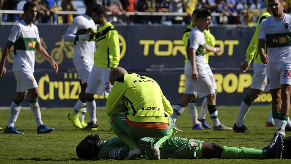 Francis, en el suelo, es atendido por su compañero José Juan tras la...