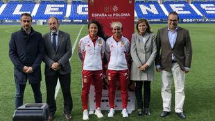 Marta Corredera e Ivana Andrés, junto a las autoridades en Butarque.