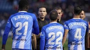 De la Fuente Ramos se dirige a los jugadores del Málaga en El Sadar
