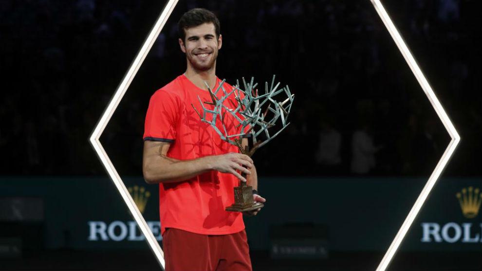 Khachanov, con el trofeo de campeón de París
