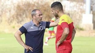 Juan Sabas conversa con Giovanni Zarfino durante un entrenamiento en...