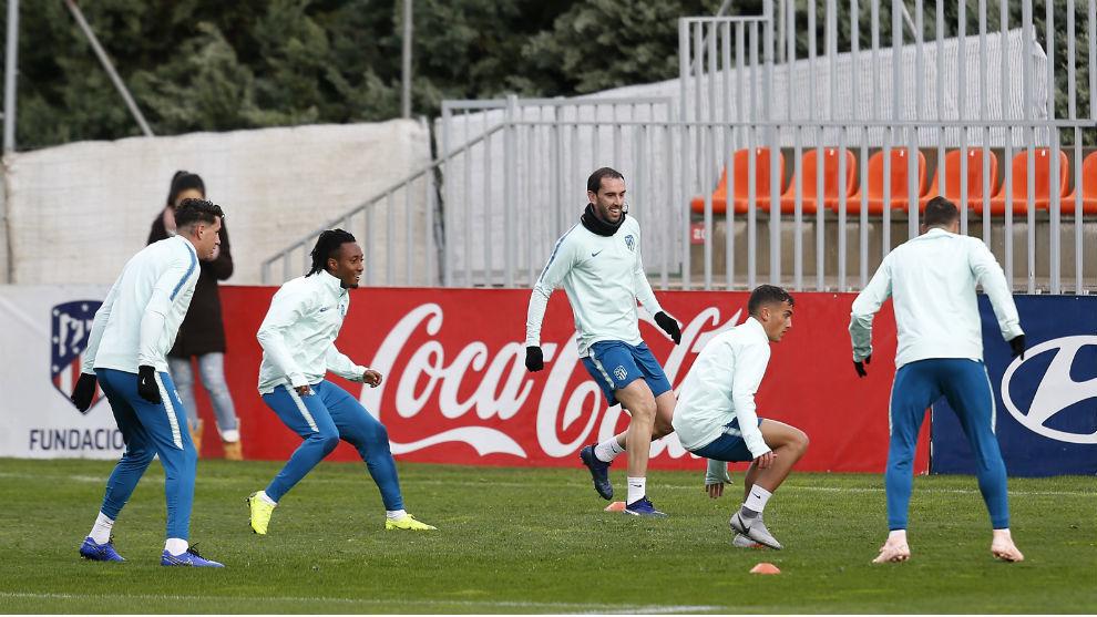 Los jugadores del Atlético en el entrenamiento previo al partido ante...