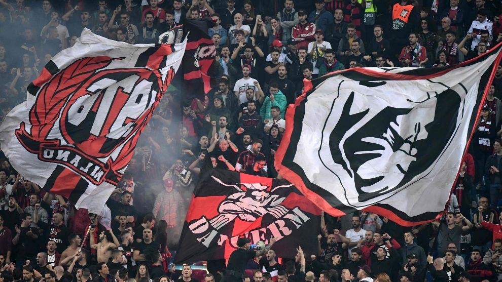 Aficionados italianos en el Milan vs Betis de San Siro