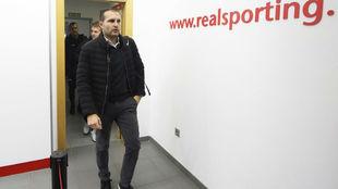 Rubén Baraja, entrando al estadio de El Molinón antes de un partido