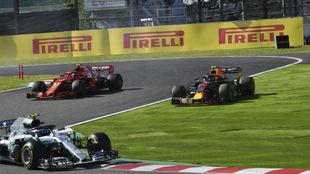 Raikkonen y Verstappen, durante su polémica acción en Suzuka.