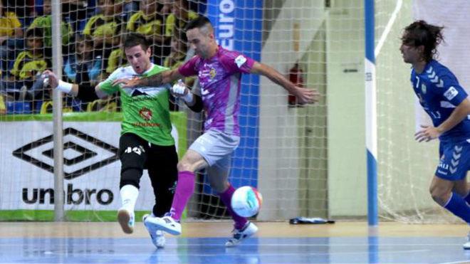 Sarmiento despeja un balón ante la presencia de Joao Batista.