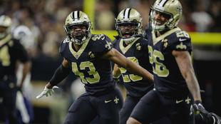Jugadores de los Saints festejan durante el partido ante los Rams.