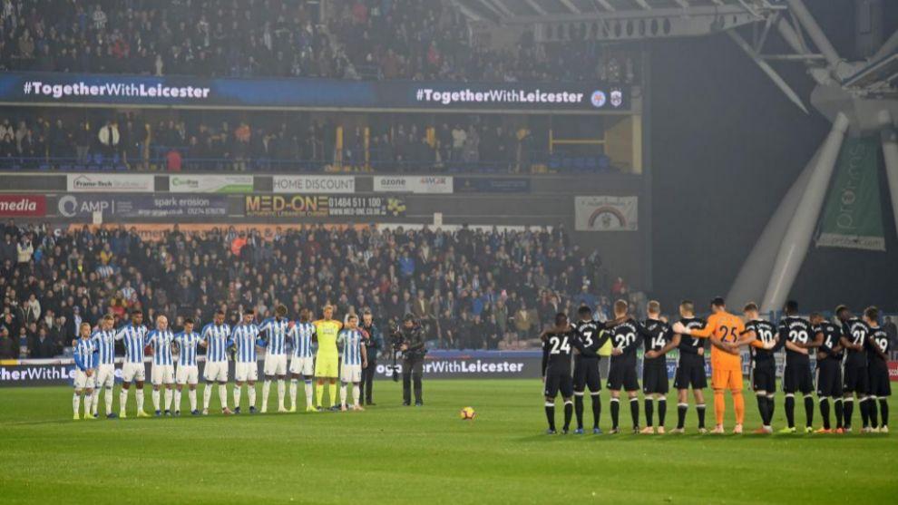 Los jugadores del Leicester guardan un minuto de silencio en su...