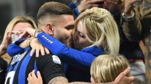 Icardi celebra junto a Wanda Nara el gol marcado en el derbi contra el...