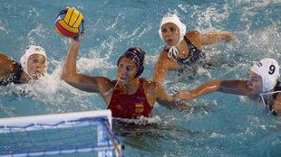 Una jugadora española dispara a puerta durante el España-Hungría...