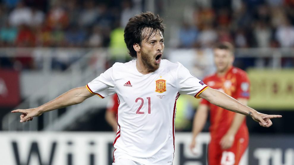Silva celebra un gol con la selección española de fútbol
