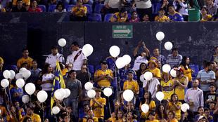 Lanzaron globos blancos al inicio del partido
