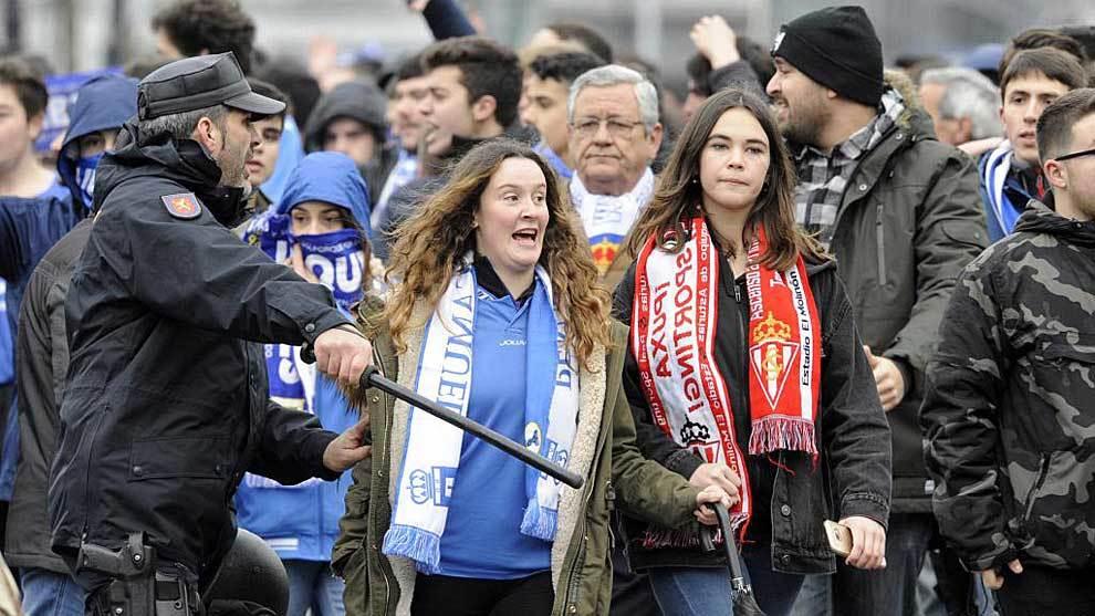 Una aficionada del Oviedo junto a otra del Sporting en el último...