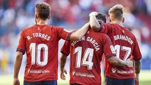 Roberto Torres y Brandon celebran con Rubén su gol al Sporting