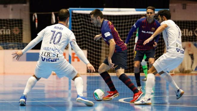 Dyego controla el balón ante la presencia de Adri y Rubi Lemos.