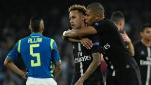 Mbappé consuela a Neymar tras una jugada en el partido.