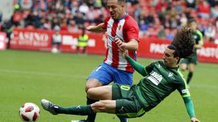Cucurella disputa un balón en el partido de Copa ante el Sporting.