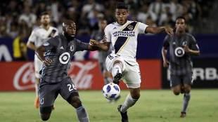 Jonathan Dos Santos disputa el balón durante un encuentro de...
