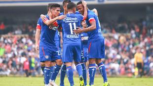 Jugadores de Cruz Azul festejan un gol ante Pumas.