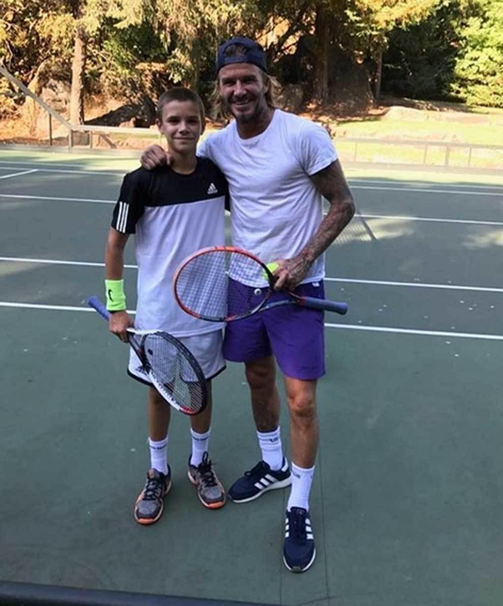 Romeo y David Beckham jugando al tenis