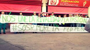 La Federación de Peñas del Elche CF dando apoyo al Real Murcia