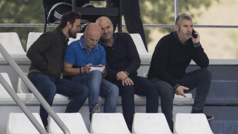 Urrutia habla por teléfono durante el amistoso que jugó el primer...
