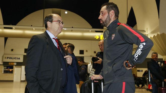 Castro charla con Machín en el aeropuerto de Sevilla, este...