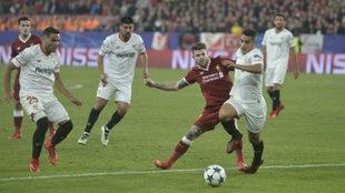 Alberto Moreno lucha con Ben Yedder en un Sevilla-Liverpool.