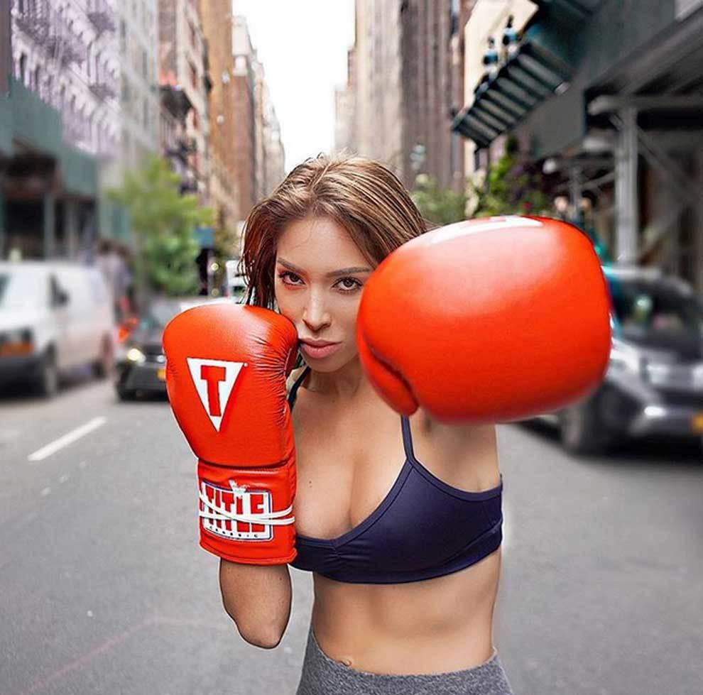 Farrah Abraham, estrella de la televisión, boxeando