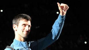 Djokovic saluda a la grada