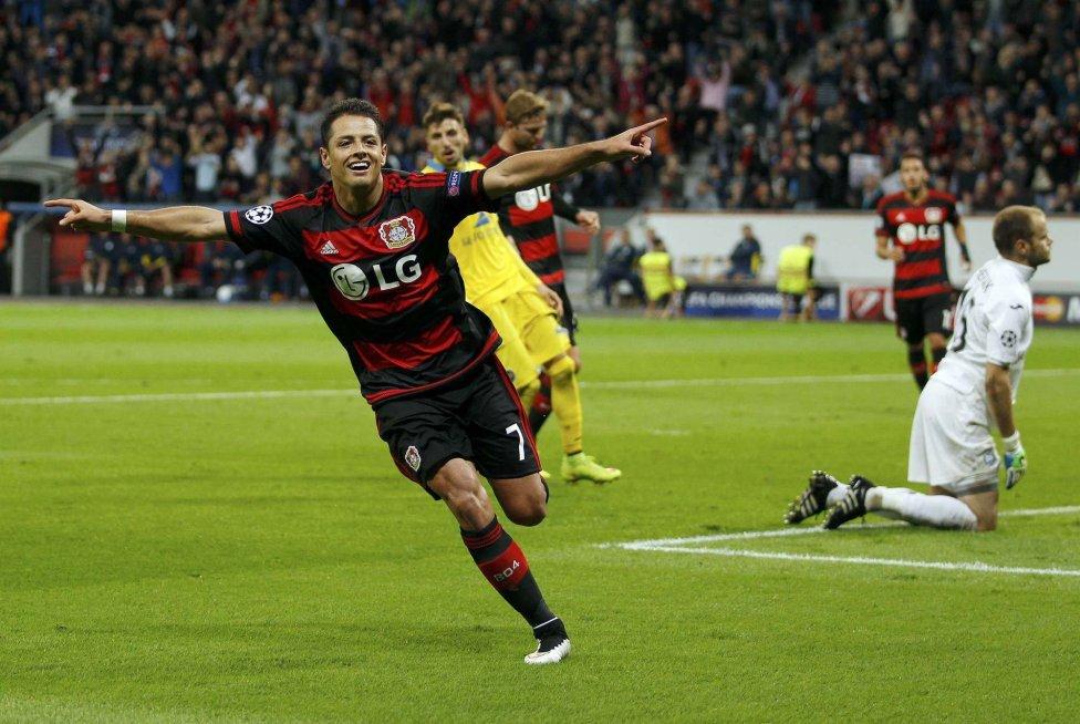 Chicharito celebra un gol en Champions ante el BATE Borisov.