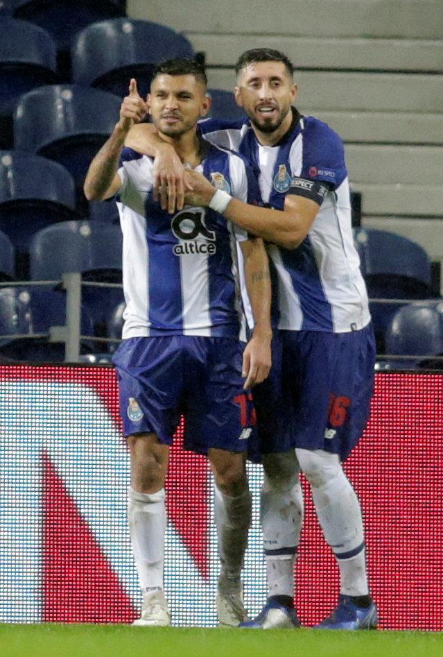 Corona y Herrera festejan un tanto ante el Lokomotiv.